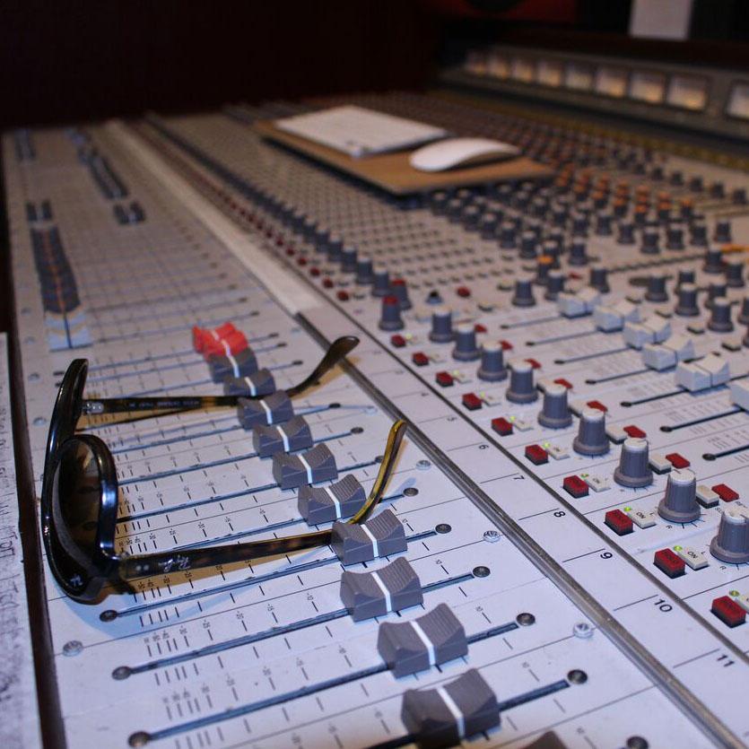 gros plan de la table de mixage